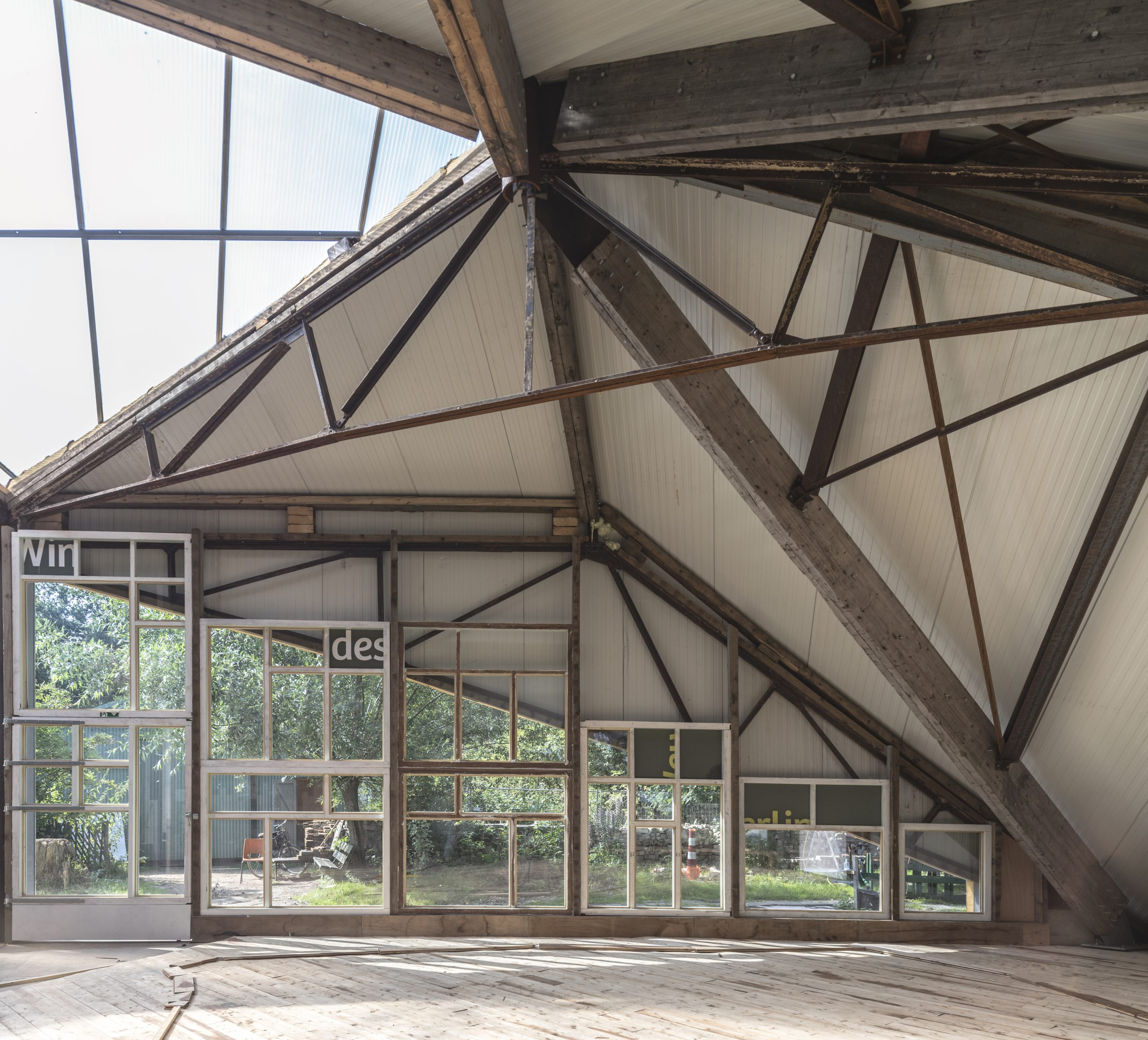 Interaction between the truss, window frames and closed roof panels.